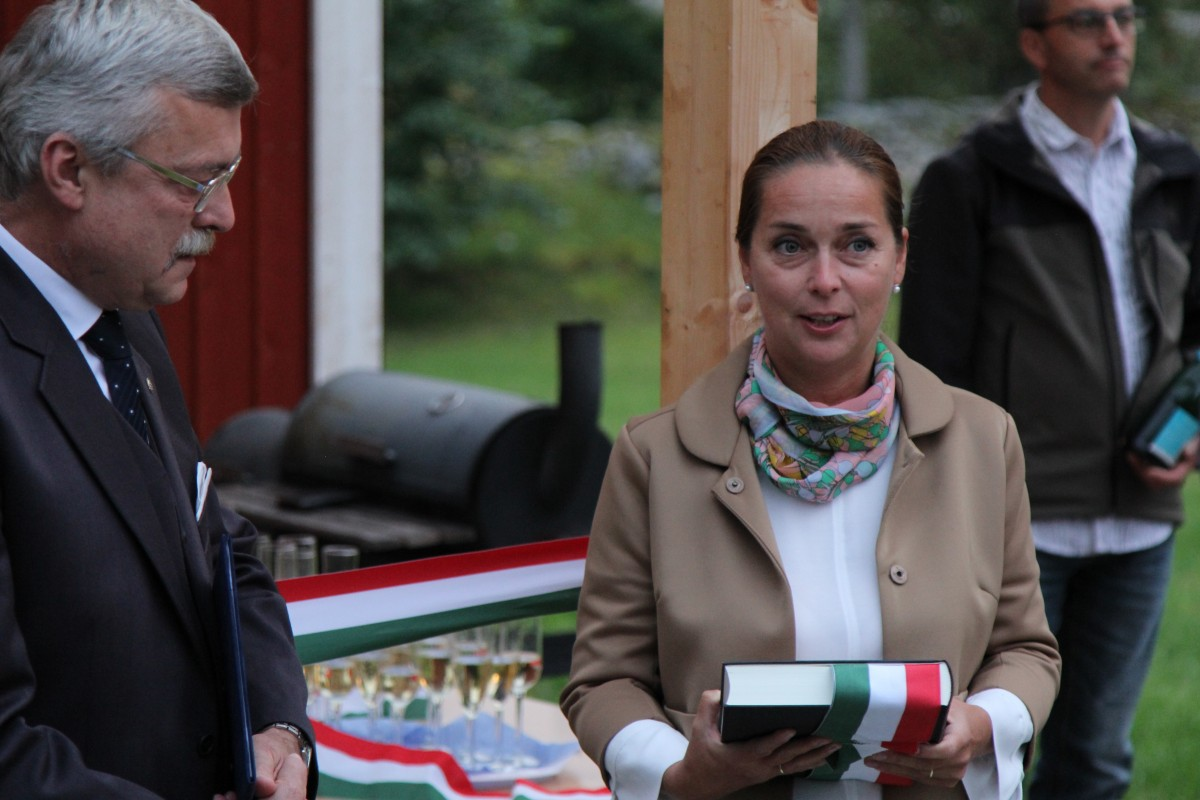 Müller Adrien Magyarország stockholmi nagykövetének ajándéka a SMOSZ-nak / Fotó Bitay Zsolt
